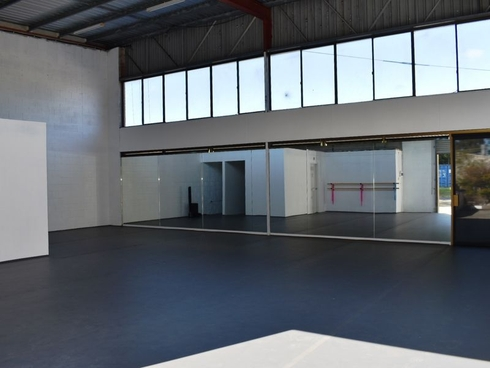 Unit 1 & 2/3 Comserv Close West Gosford, NSW 2250